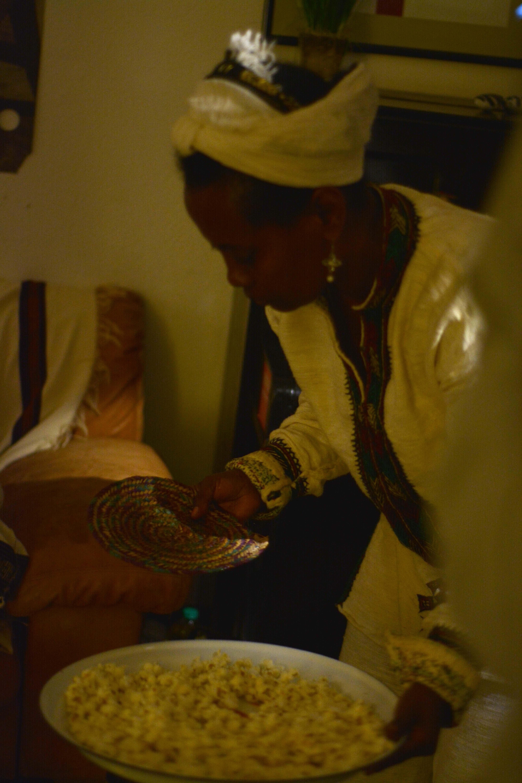 """Fr, 20.11. - Die Äthiopische Gemeinschaft verköstigte das Publikum vor """"Crumbs"""""""